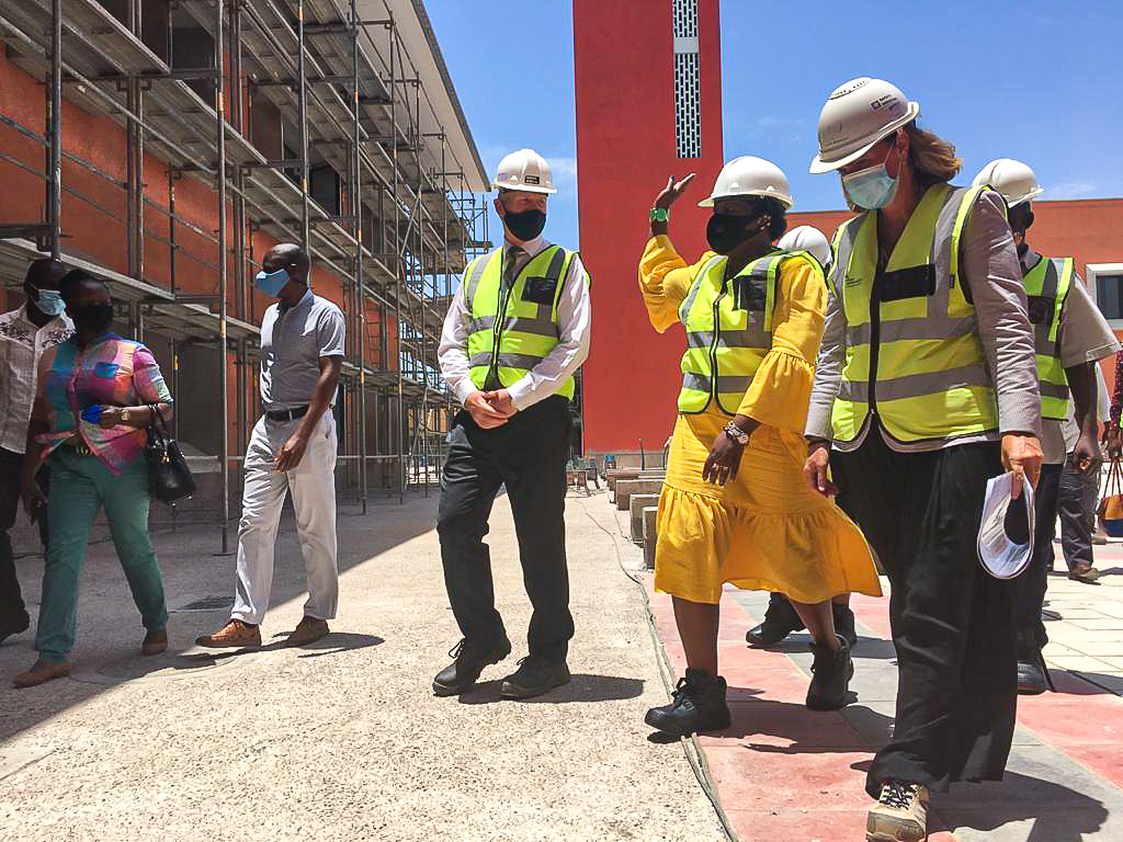 Secretary of State for Maputo Province tours the AKA Maputo campus and the ongoing construction